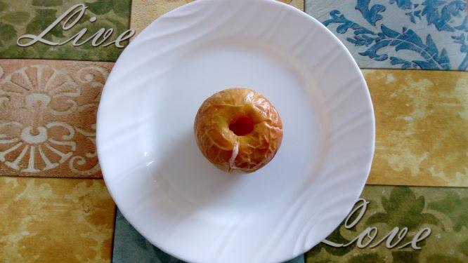 Teller mit Apfel. Fastenbrechen